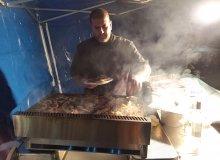 Cyril, cuisinier à l'ESAT s'est occupé de la cuisson des brochettes