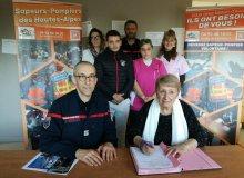 Madame Annie Rosanvallon, membre du CA de l'ADSEA 05 signe les conventions avec le SDIS 05